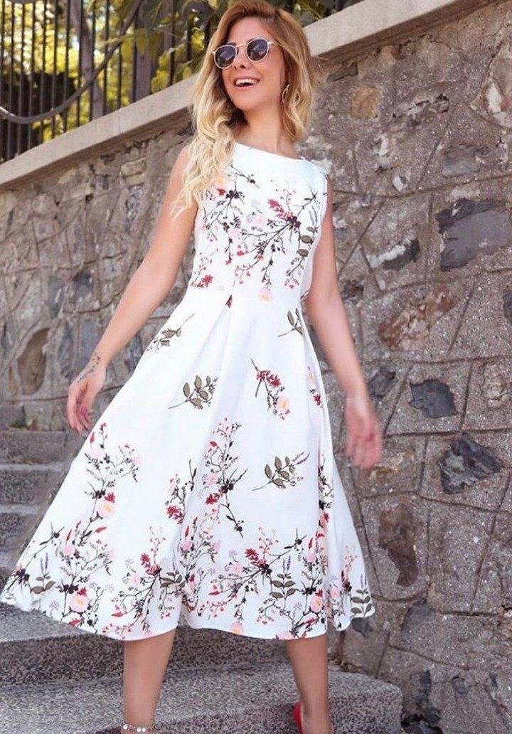 Beyaz kolsuz desenli midi boy elbise