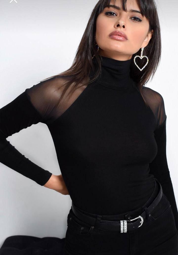 Siyah omuzları tül detaylı bluz