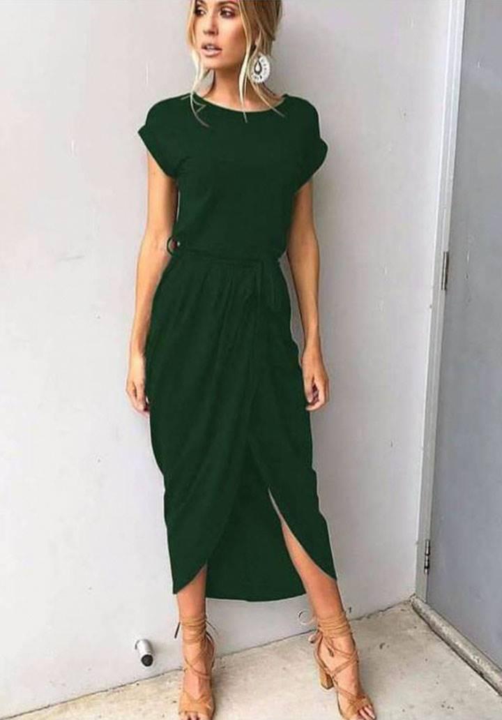 Yeşil kuşaklı asimetrik kesim elbise
