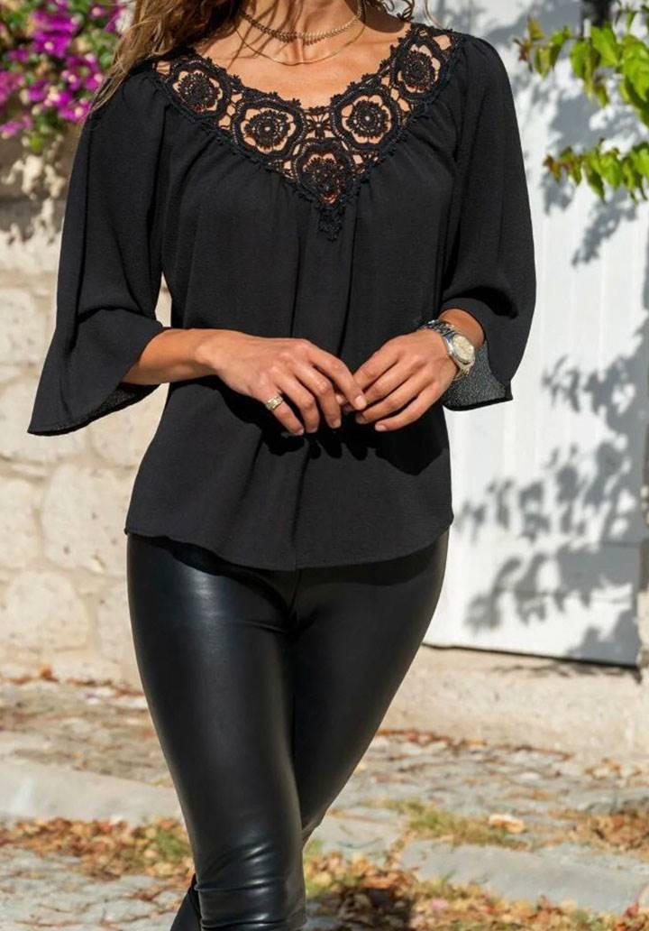 Siyah yakası brodeli tasarım bluz